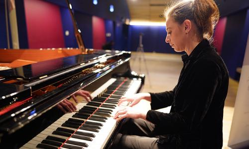 anna keiserman playing piano